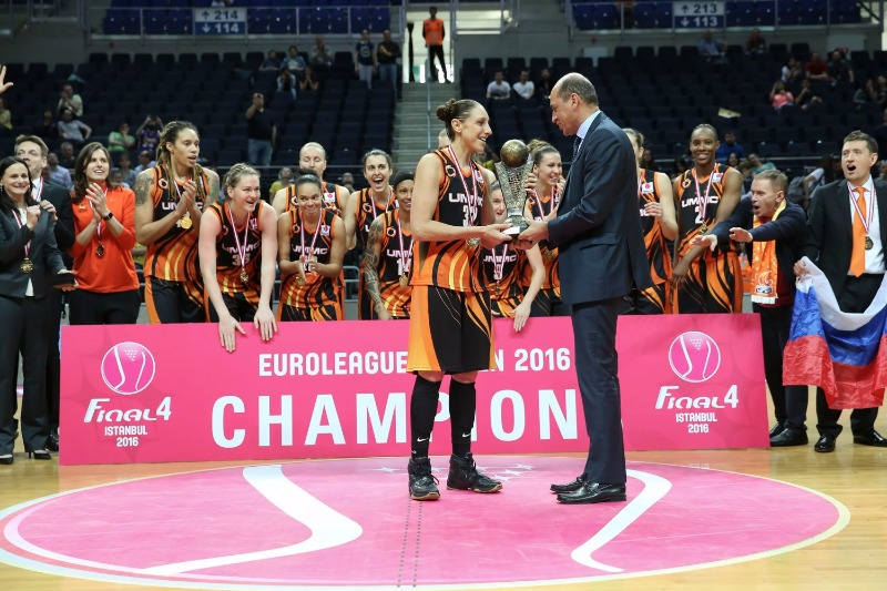 FIBA Europe President Turgay Demirel presents Diana Taurasi with the EuroLeague Women trophy